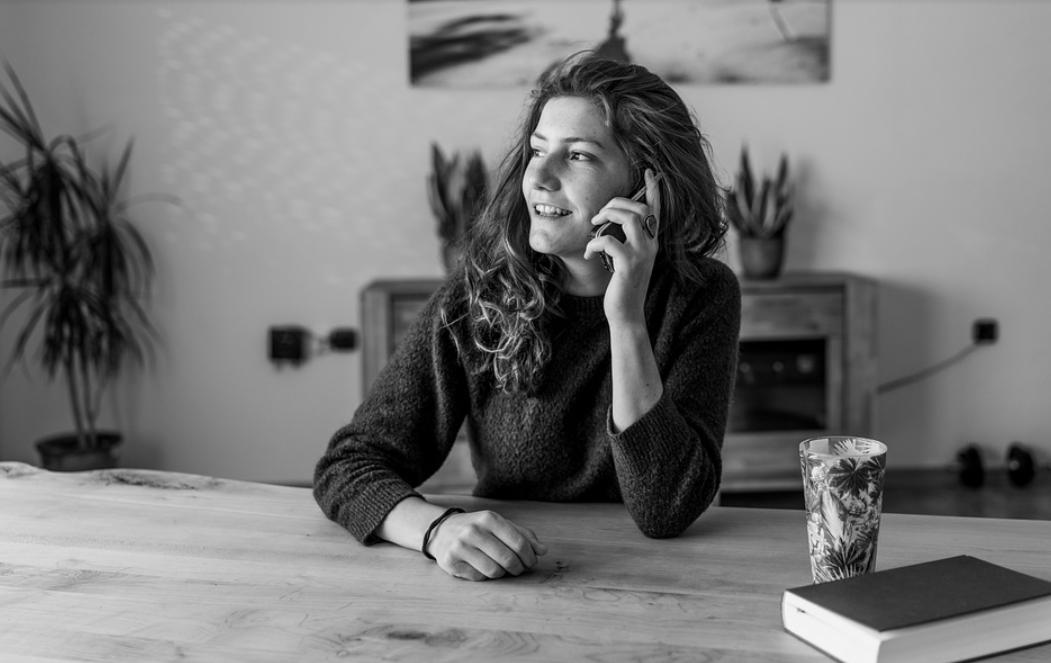 žena a telefonování