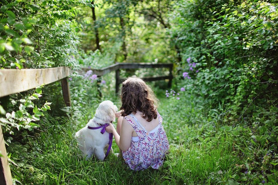 dívka se psem na zahradě