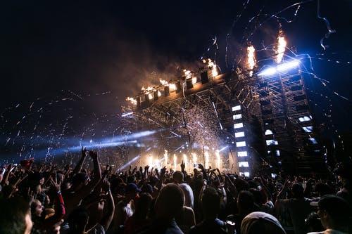 hodně lidí na koncertu