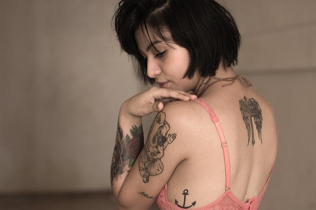 tetovaná tmavovláska