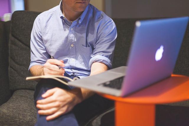 muž sedící před notebookem