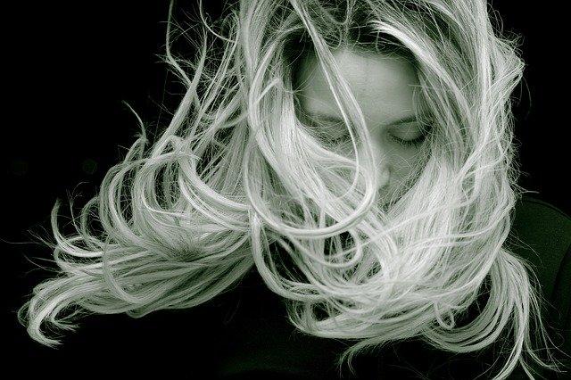 rozcuchané vlasy