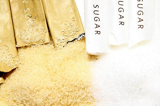 Hnědý a bílý cukr