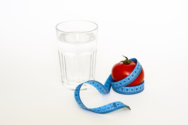Sklenka vody a rajče